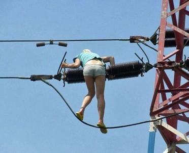 21-latka na wieży transmisyjnej.