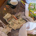 Ponad kilogram marihuany, prawie sto krzaków konopi indyjskich, extasy, kokainę oraz sprzęt do uprawy - policjanci z Ostrołęki zlikwidowali plantację marihuany w centrum miasta.