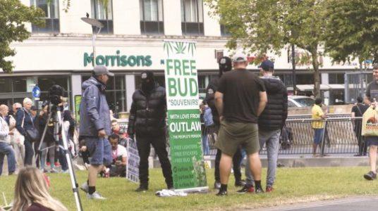 Zamaskowani mężczyźni rozdawali darmową marihuanę w Manchesterze