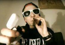 21 letni raper Filip J. został zatrzymany za posiadanie marihuany. Brat byłego zastępcy Zbigniewa Ziobry, a w tej chwili europosła Solidarnej Polski pokazał, że w bardziej banalny sposób chyba już się nie da wpaść z konopiami. Policjanci zatrzymali brata Patryka Jakiego gdy przechodził wraz z kolegą w niedozwolonym miejscu przez jedną z warszawskich ulic!