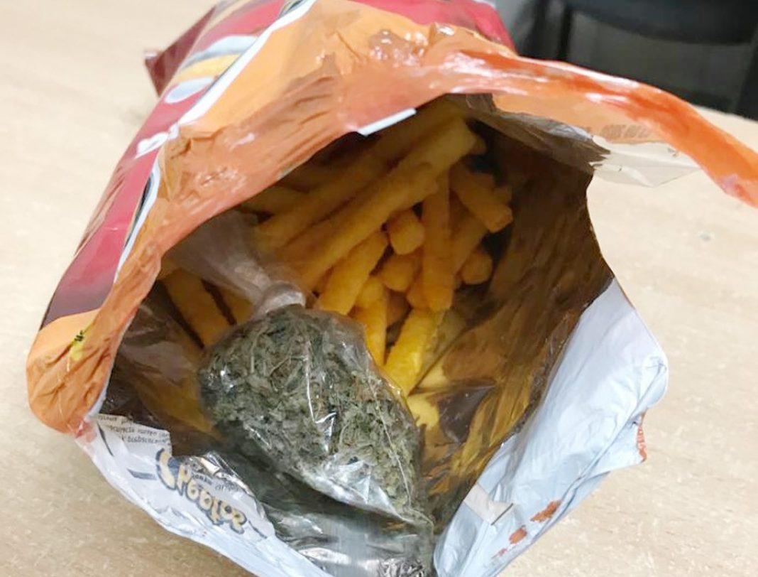 Czegoś takiego nie zaproponował jeszcze żaden z producent chipsów w Polsce. Jak wiadomo w paczkach z chipsami można było znaleźć znaczki z Pokemonami, naklejki, ale nie marihuanę. Jednak opakowanie Cheetos z taką zawartością kupił 31 letni mieszkaniec warszawskiego Ursynowa.
