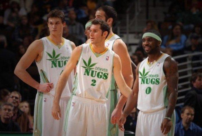 Podczas rozgrywek żyją bez rodzin i przyjaciół, izolowani w bańce na Florydzie. Dla zawodników NBA to naprawdę duże wyzwanie psychiczne i życie w świecie Disneya im tego absolutnie nie rekompensuje. Dlatego władze NBA zniosły testy na marihuanę. Efekt? Koszykarze zastanawiają się w jaką ilość zioła powinni się zaopatrzyć na czas rozgrywek.