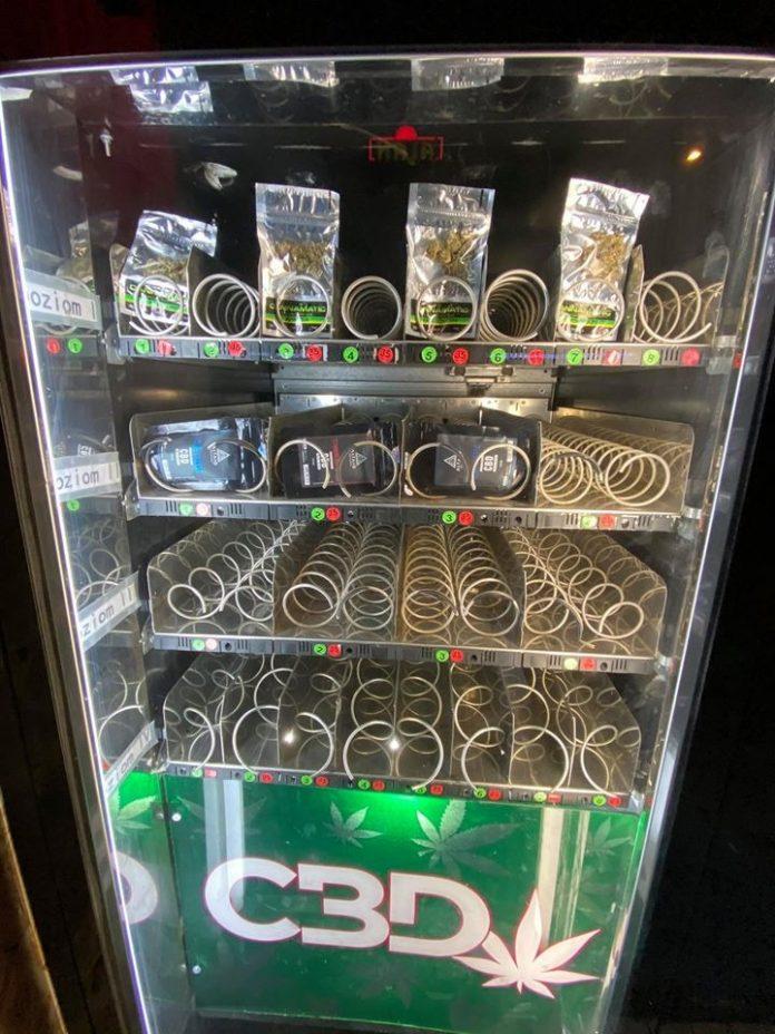 Susz czy gotowy do jarania joint? Takie pytanie nasuwa się na ulicach Tychów (woj. śląskie) gdzie pojawiły się pierwsze vendingowe automaty. Można w nich kupować legalne produkty z konopi siewnych.