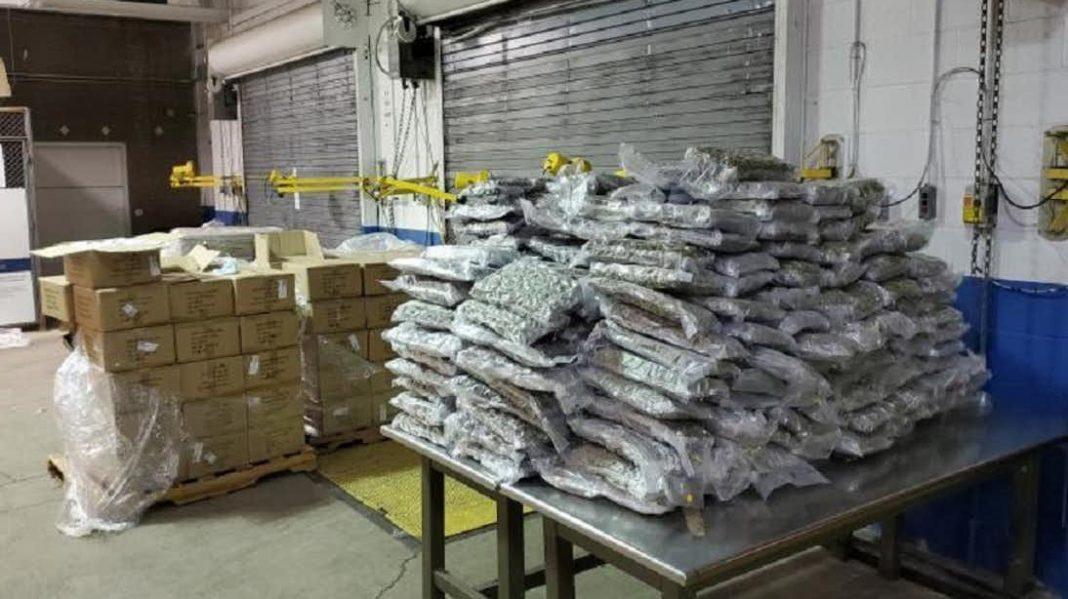 To była losowa kontrola przesyłek handlowych, w wyniku której funkcjonariusze urzędu celnego i ochrony granicznej z Lewiston Cargo Facility w Buffalo przejęli 424 kg marihuany! Tym razem pod lupą celników były przesyłki z akcesoriami telefonicznymi. Ku ich zdziwieniu zamiast w ładunku z elektroniką znaleźli naprawdę dużo zioła.