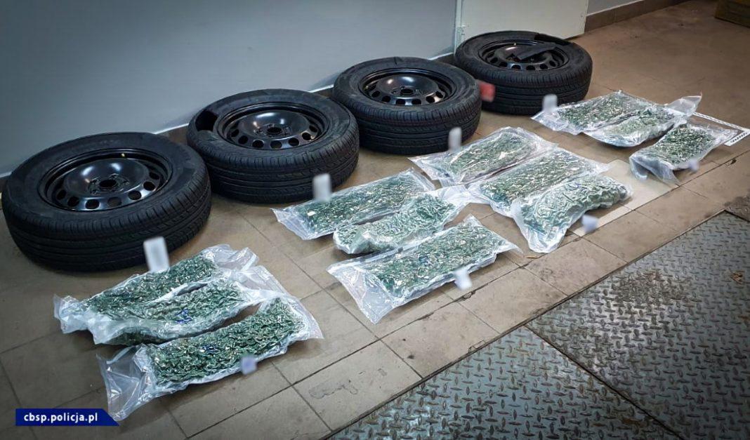 W sumie 7 kilogramów marihuany ukrytych w kołach samochodowych próbowali przemycić czterej mężczyźni z Hiszpanii do Polski. Próbowali, ale towar przejęli funkcjonariusze CBŚP z Białegostoku i Nadbużańskiego Oddziału Straży Granicznej.