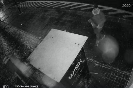 Pod osłoną nocy włamali się do automatu vendingowego z produktami CBD. Dwaj mężczyźni skradli 1 gramowe i 3 gramowe saszetki z suszem CBD, bibułki bioslim i bioblack, zapalniczki żarowe oraz młynki - wszystko o wartości 2000 zł. Do włamania z kradzieżą doszło w Gliwicach (woj. śląskie). Policjanci opublikowali nagranie video z monitoringu i od ponad miesiąca szukają sprawców.