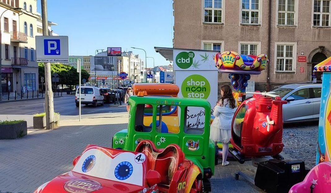 Właściciel terenu przy Ratuszu w Olsztynie postawił na bardzo kompleksowy biznes. Ustawił nie tylko odpłatne urządzenia do zabawy dla dzieci, ale także fast food w stylu lat 90 oraz automaty z CBD. Niektórzy mieszkańcy są tym faktem zbulwersowani, a urzędnicy tak naprawdę nic nie mogą zrobić.