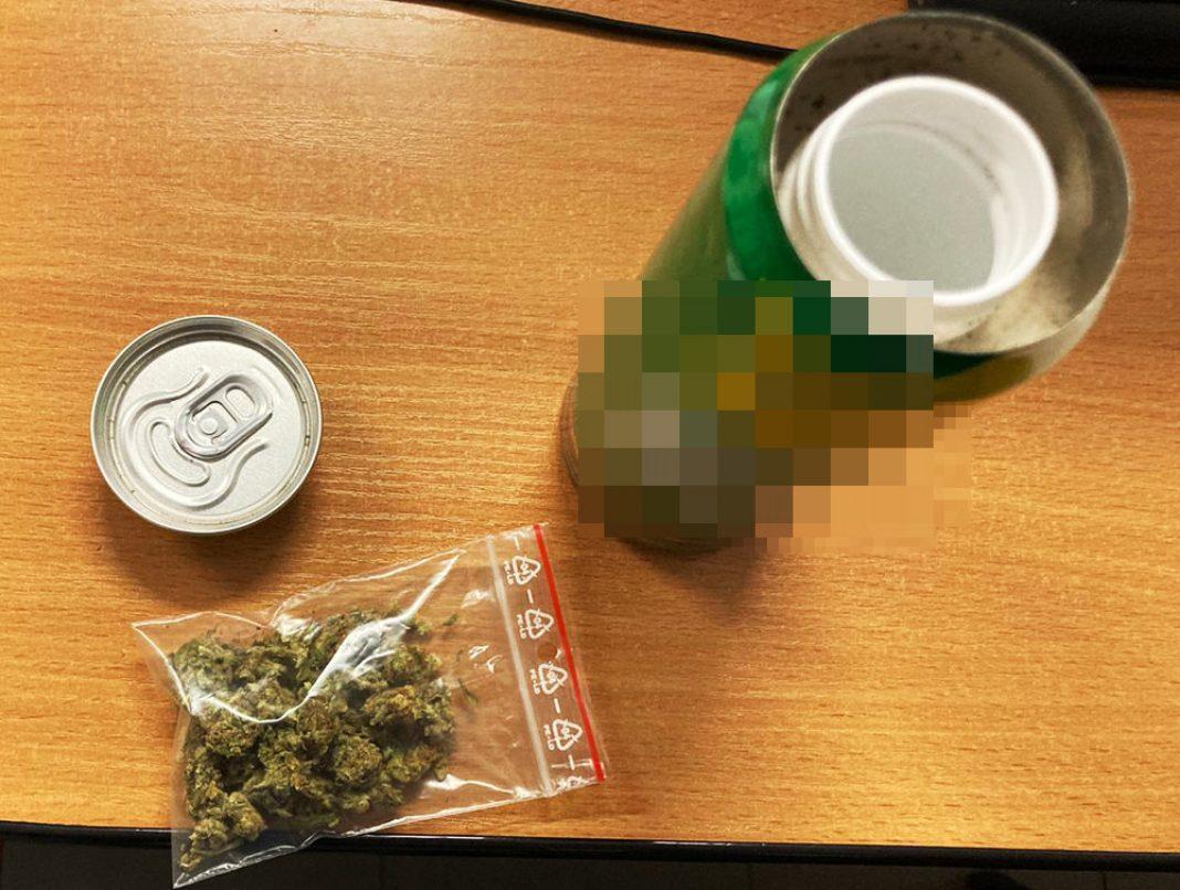 Nie w kieszeni, nie w majtkach, ani w żadnym tajemnym schowku samochodu, tylko w aluminiowej puszce po napoju 43 letni mieszkaniec Piaseczna skitrał zioło. Pewnie policjanci, którzy zatrzymali go do kontroli niczego by nie znaleźli, ale mężczyzna spanikował i oddał marihuanę.