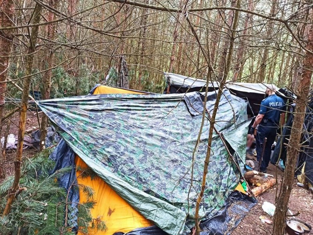 W głębi lasu zbudowali namiot. Mowa o 34 i 39 latku z Białej Podlaskiej, których zatrzymali policjanci za posiadanie substancji psychoaktywnych. Jak się okazało w namiocie przechowywali amfetaminę. Z kolei w mieszkaniu 39 latka policjanci znaleźli marihuanę.