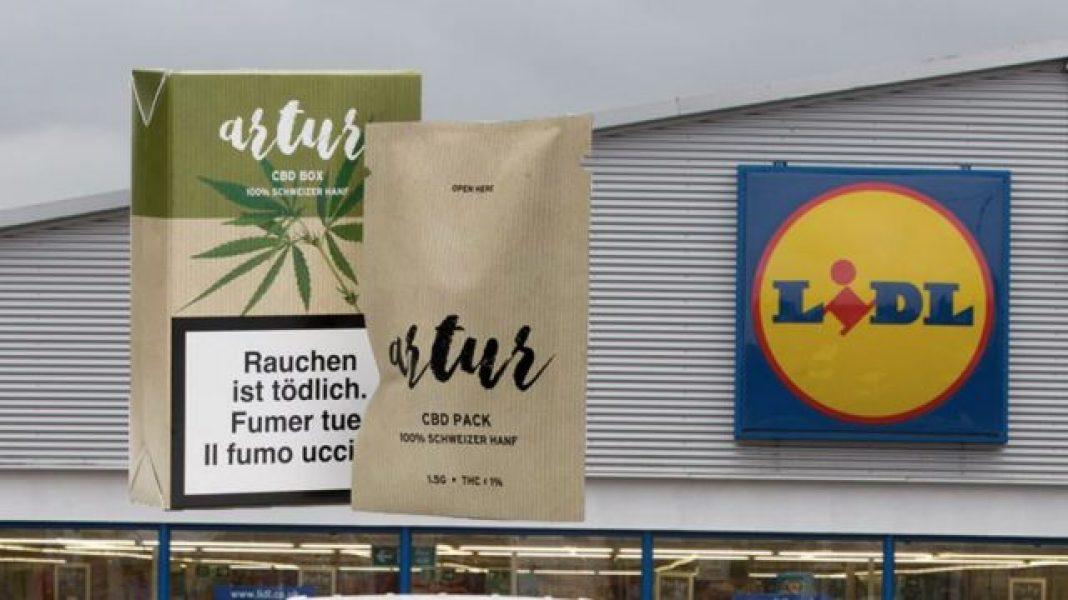W sumie 21 produktów takich jak ciasteczka, przekąski czy napoje energetyzujące prokuratura skonfiskowała w niemieckim Lidlu. Produkty z konopiami indyjskimi, które sieć dopuściła do sprzedaży to efekt współpracy Lidla w Niemczech ze startupem Green Dealers.